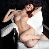 Naakte vrouw op de leunstoel — Stockfoto
